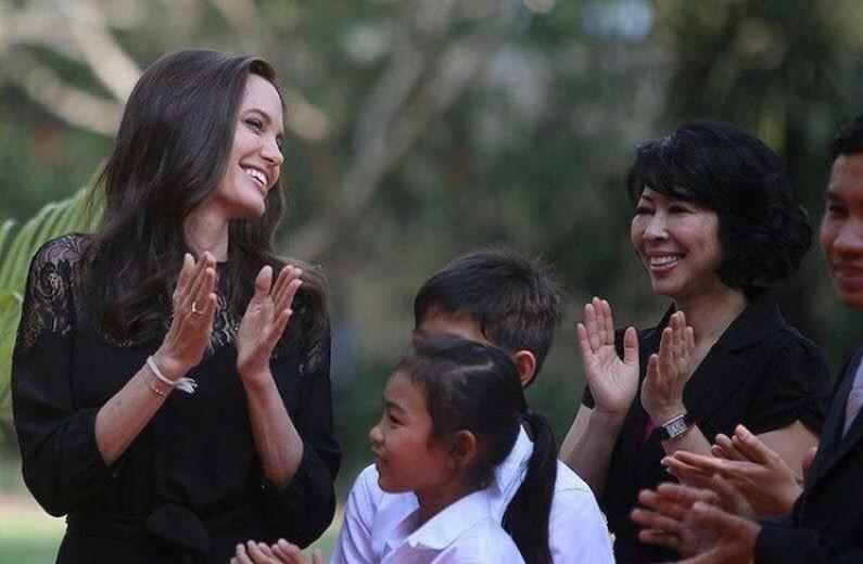 Анджелина Джоли приготовила и съела блюдо из скорпионов и пауков (видео)