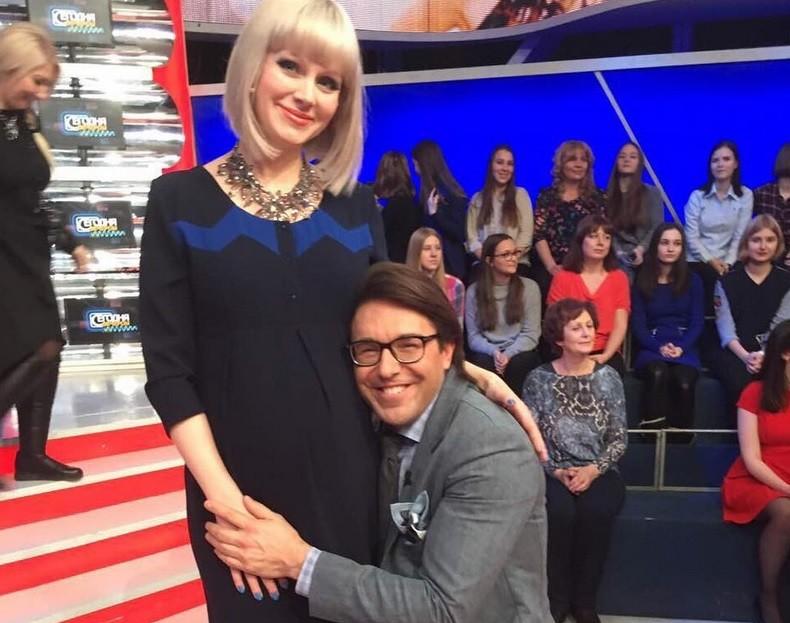 Андрей Малахов преклонил колено перед беременной Натали