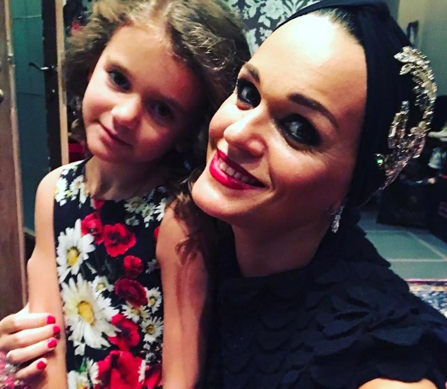 5-летняя дочь певицы Славы стала посещать салон красоты (фото)
