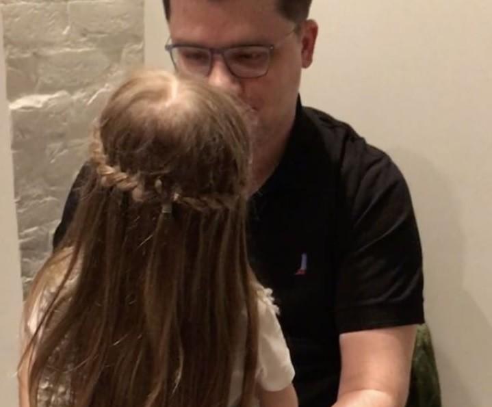 Дочка Гарика Харламова зацеловала папу (видео)