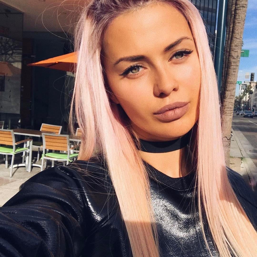 Психанула: Виктория Боня покрасилась в розовый цвет