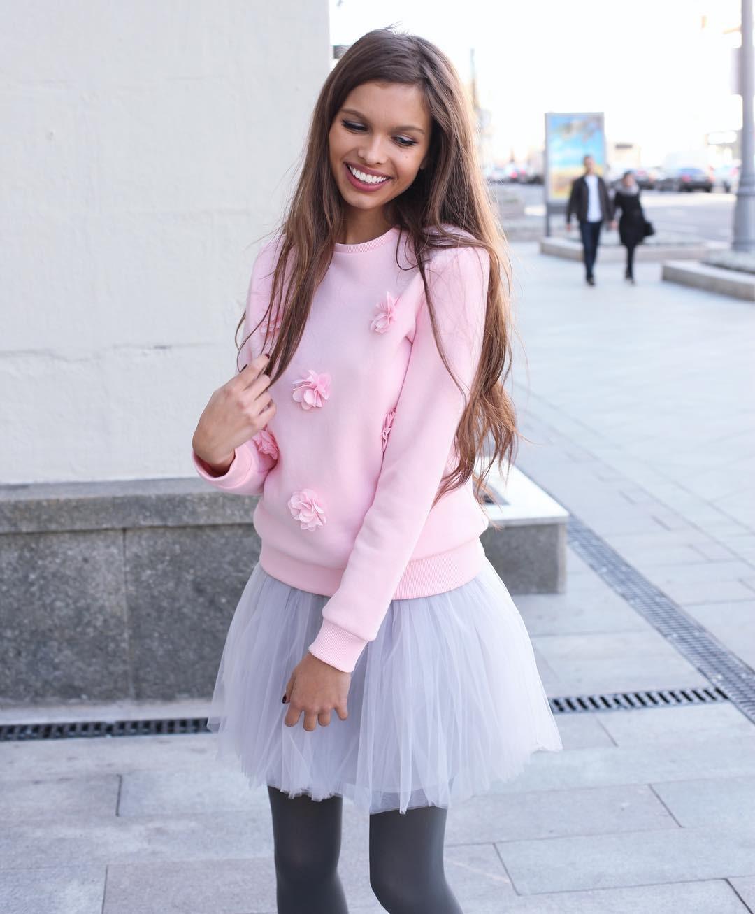 10 модных свитшотов для весны до 3000 рублей