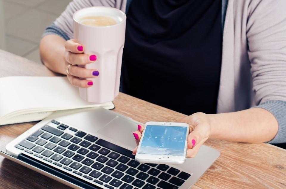 13 упражнений, которые можно делать прямо за рабочим столом