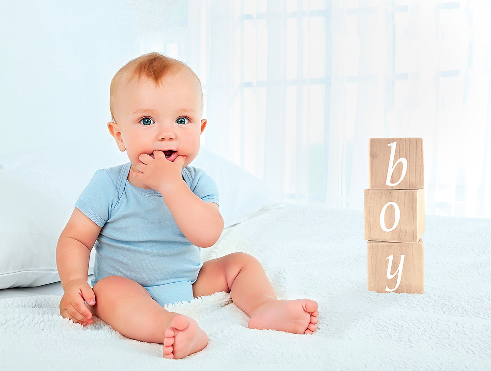 Здоровое развитие: малыш начинает сидеть