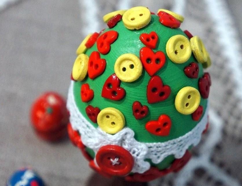 Яйцо дня: декор из пуговиц