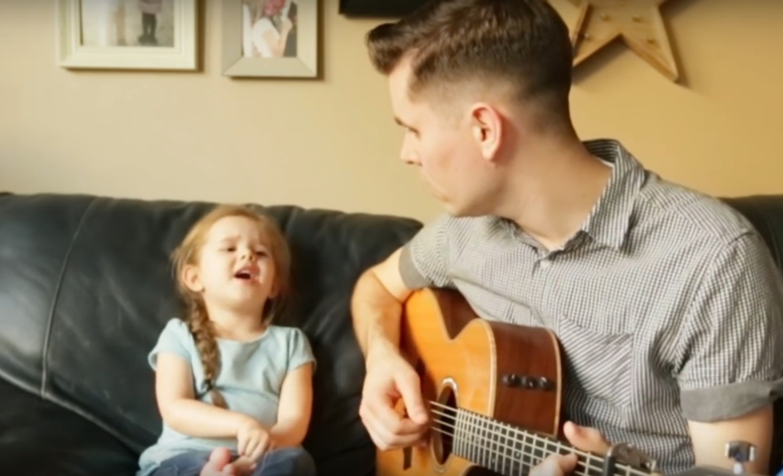 Как красиво! Пение этой 4-летней девочки и ее папы потрясает (видео)