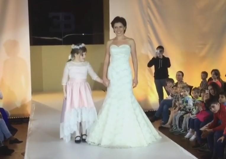 Светлана Зейналова вышла на подиум вместе с дочкой, страдающей аутизмом (видео)