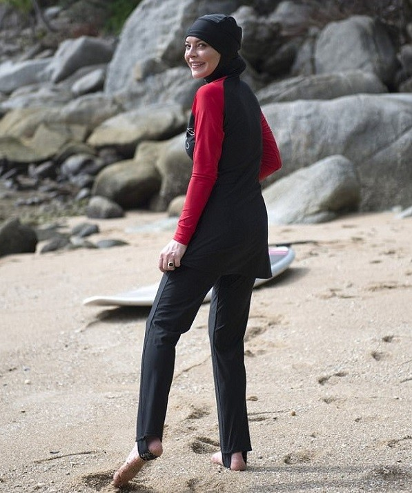 Линдси Лохан шокировала появлением в мусульманском купальнике