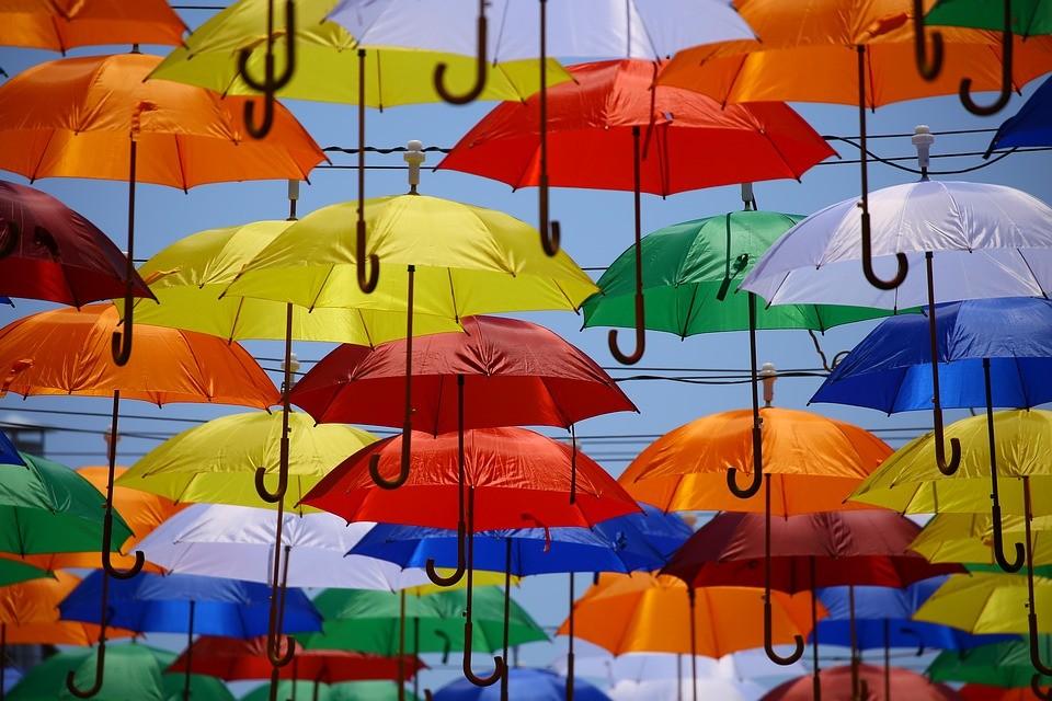 Оставайся яркой в дождь: 37 необычных зонтов