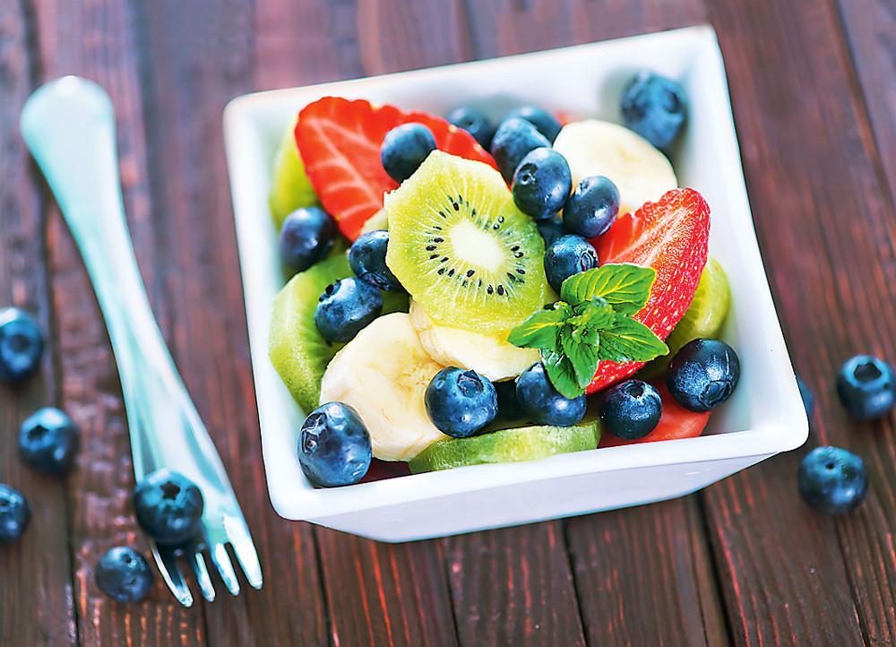 Фруктово-ягодный салат с киви и мятой (фото)