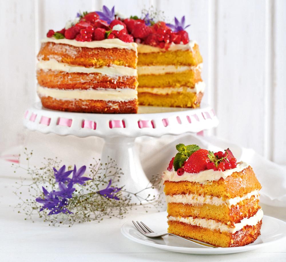 Торт с клубникой и цветками бузины