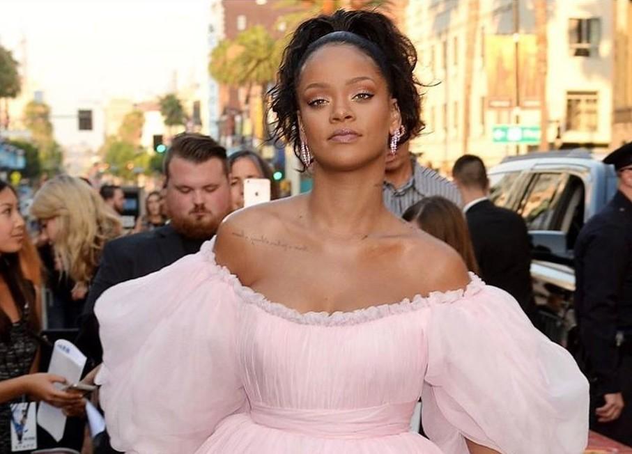 Рианна вышла в свет в нежно-розовом наряде принцессы