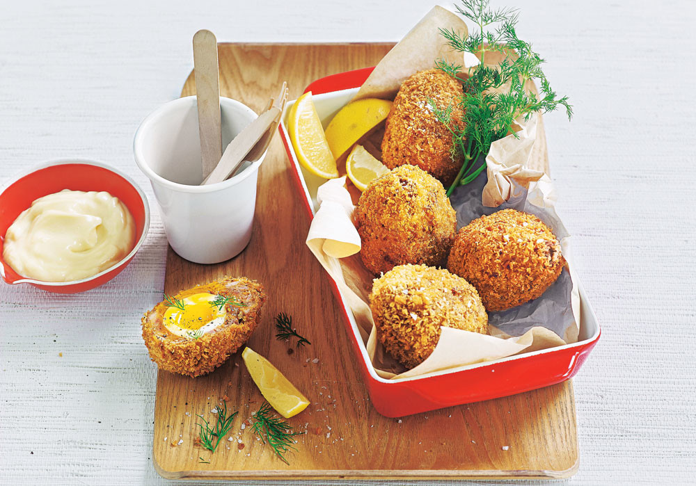 Блюда из фарша: яйца-по-шотландски и котлеты на шпажках