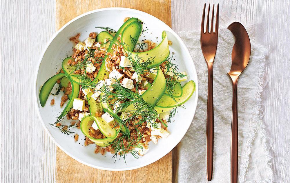 Салат из огурцов, пшеницы и грецких орехов