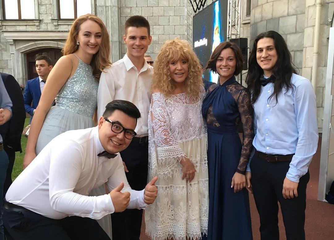 Алла Пугачeва в белом платье перещеголяла невесту на свадьбе внука