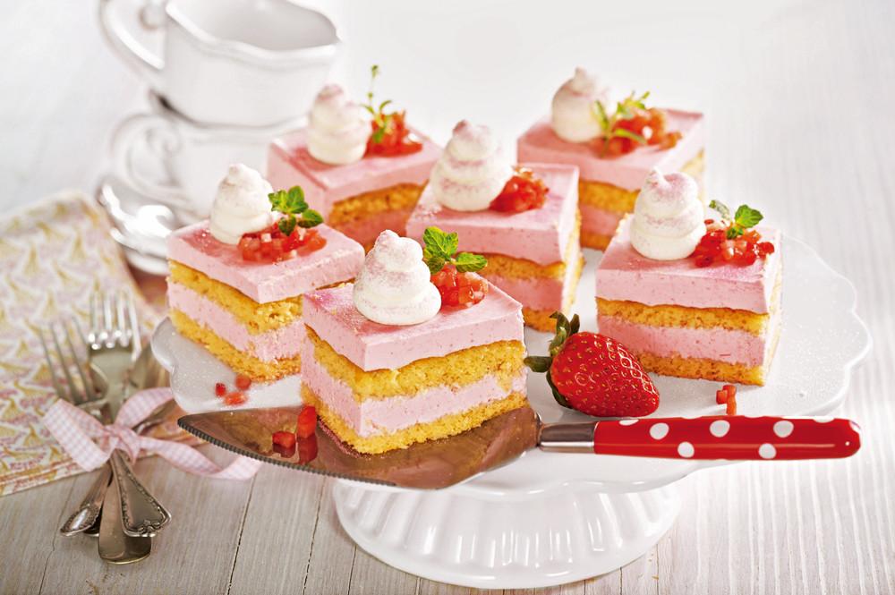 Пирожные с клубникой и миндалем