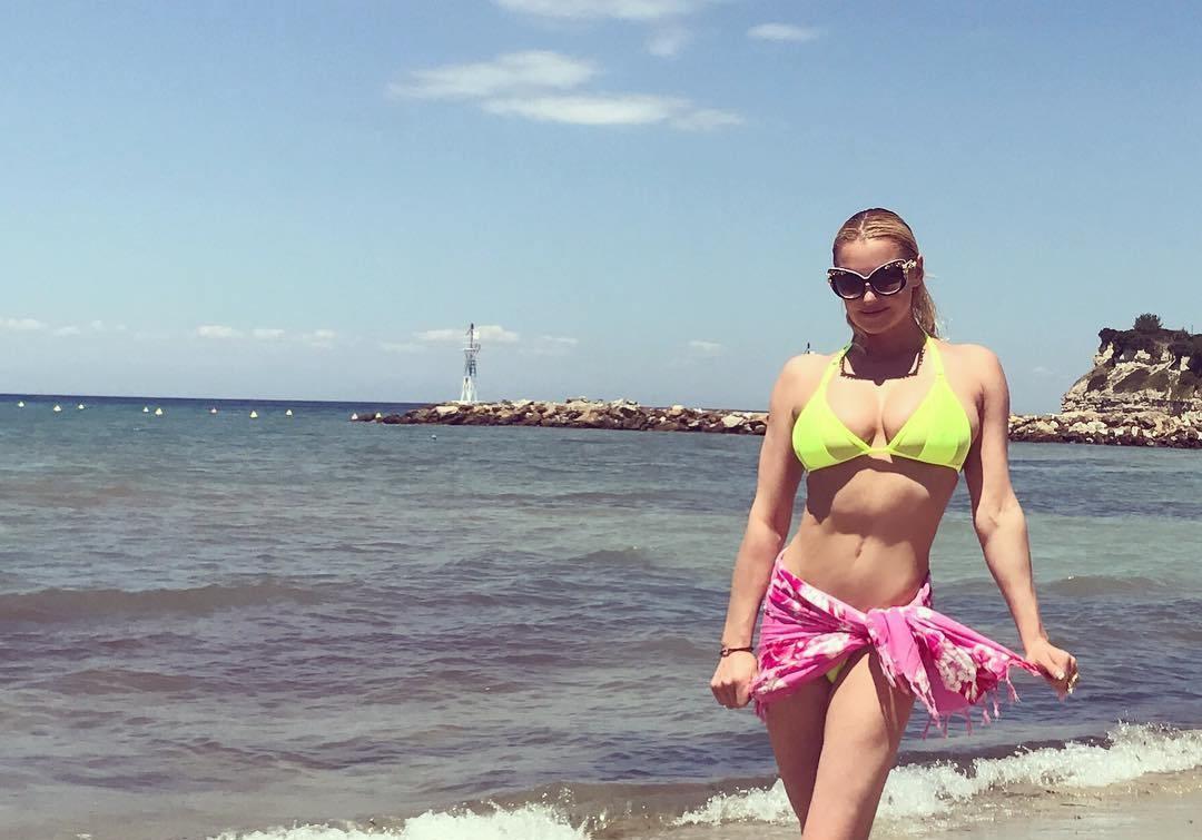 Анастасия Волочкова похвасталась шпагатом в Греции