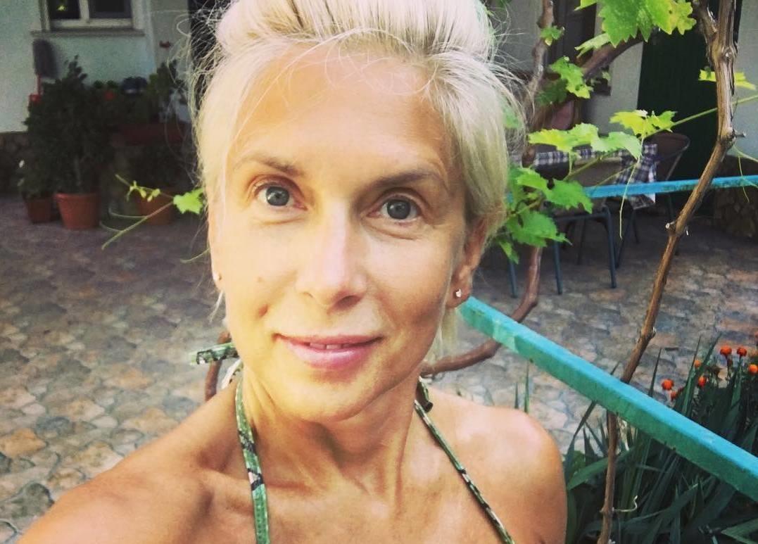 54-летняя Алена Свиридова опубликовала селфи в купальнике