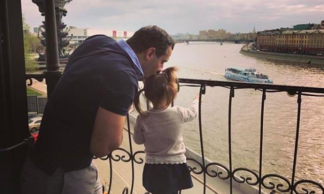 Папа может: Арарат Кещян с 2-летней дочерью покорили интернет
