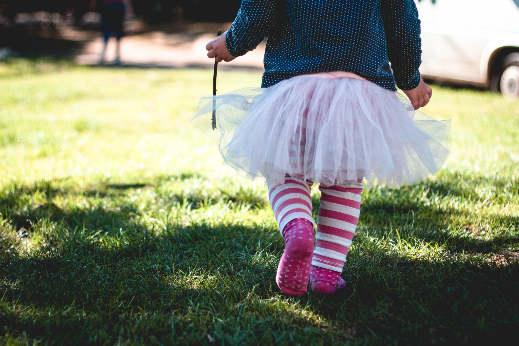 Зачем звезды одевают сыновей в платья: комментарии психолога