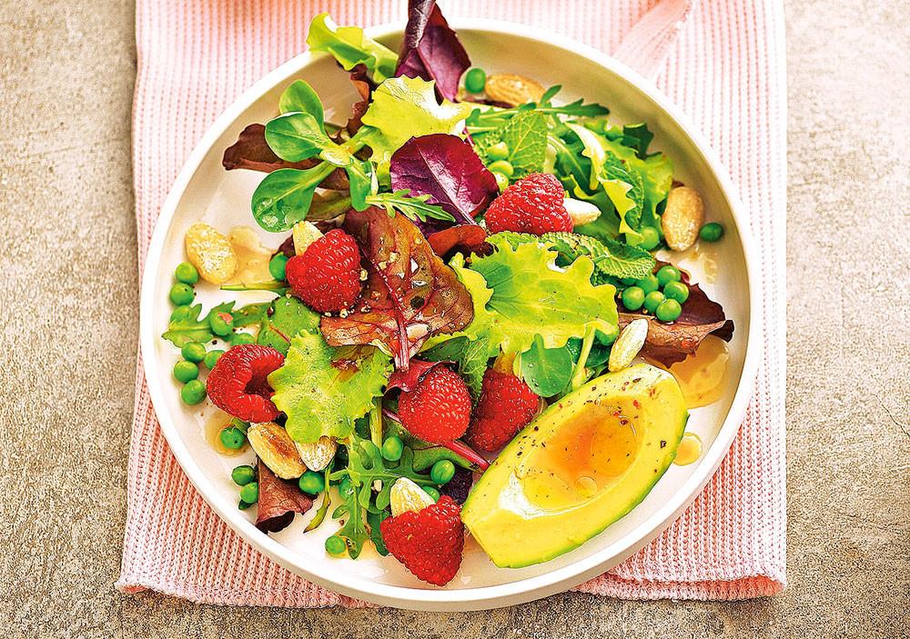 Веганский салат с малиной и миндалем