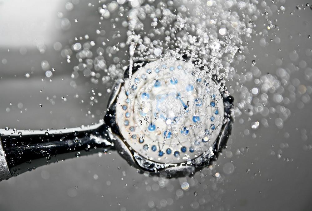 Как смягчить жесткую воду для мытья волос: 6 способов