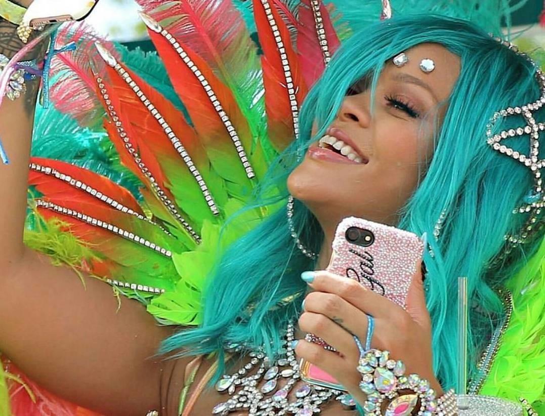 Рианна в откровенном костюме зажгла на Барбадосе