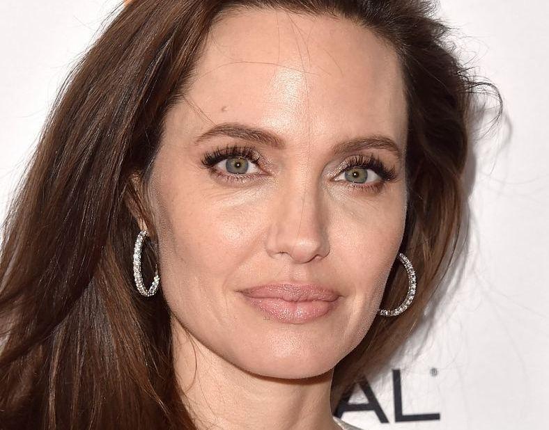 Анджелина Джоли вышла в свет со своими детьми