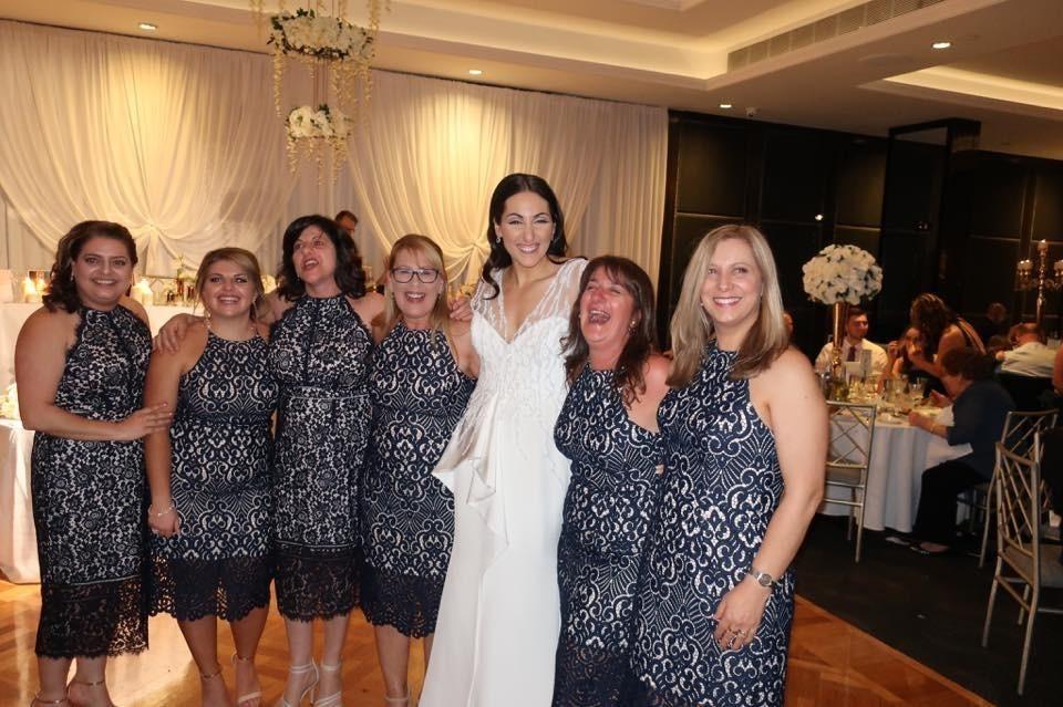 6 девушек случайно надели одинаковые платья на свадьбу