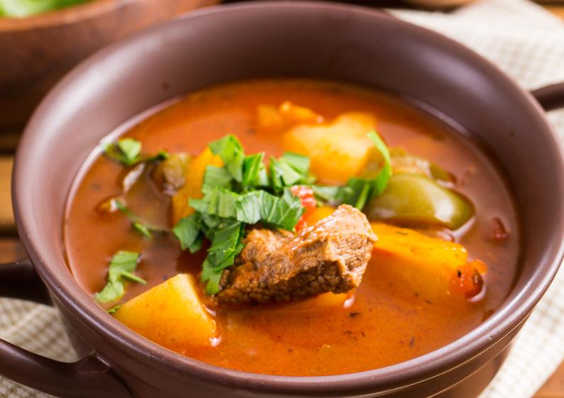 Сытный суп-гуляш с картофелем и перцем