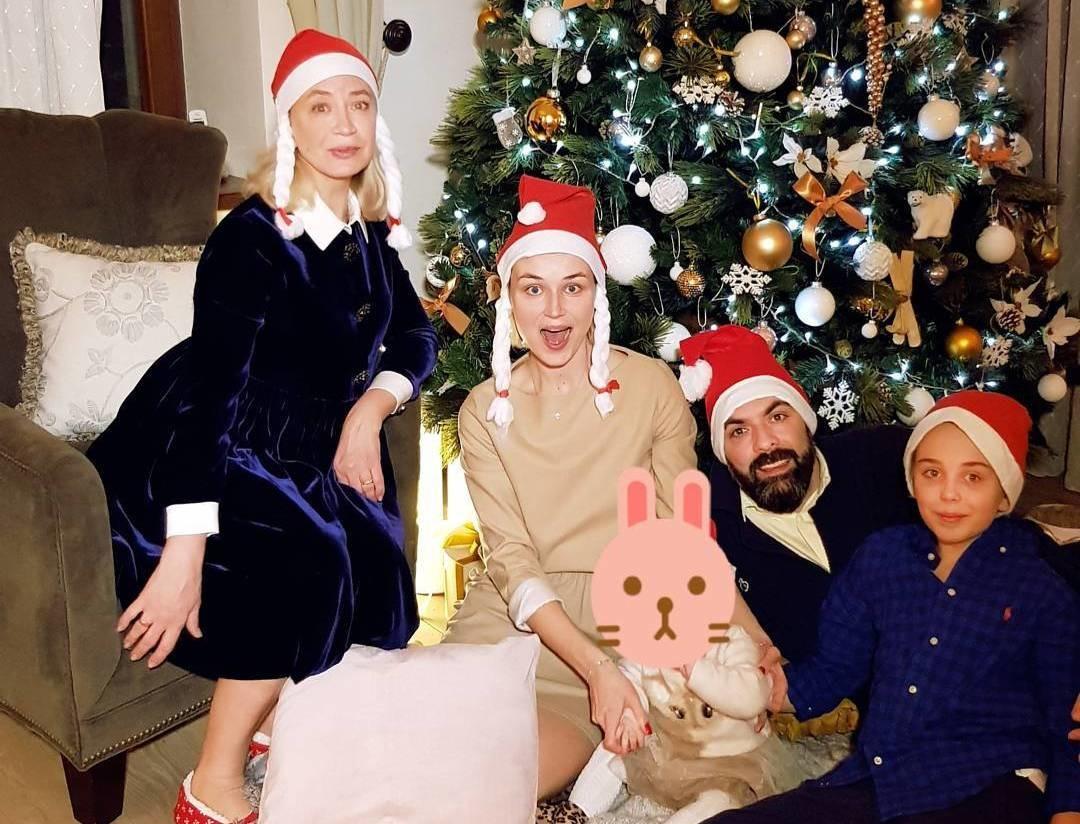 Кто из звезд провел новогодние каникулы дома, а не на курортах?