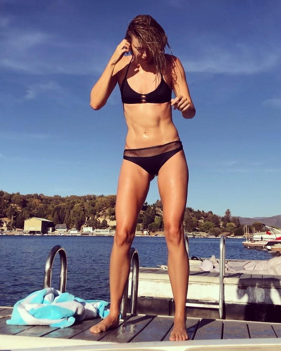 Недавно Мария Шарапова опубликовала снимок, на котором демонстрирует рельефный пресс и накаченные ноги. Девушка позирует в крохотном черном бикини, которое прекрасно подчеркивает загорело...