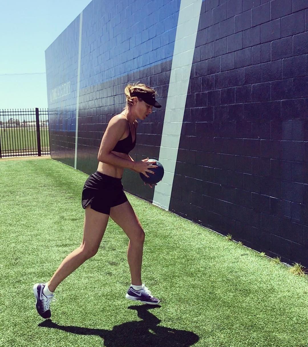 Также всвоем микроблоге спортсменка часто выкладывает короткие ролики, накоторых показывает правильную технику выполнения упражнений. Помимо персональных тренировок, уМарии есть нескол...