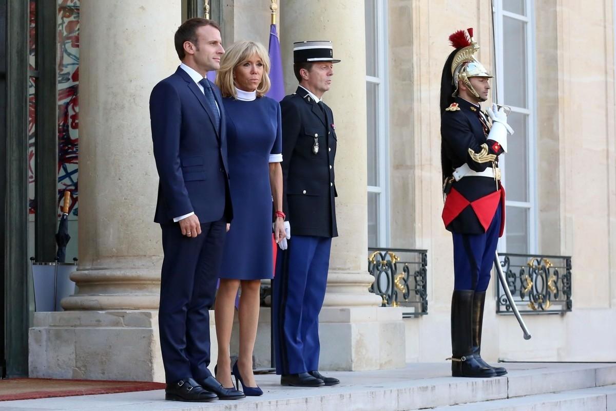 Для этого важного события первая леди Франции выбрала короткое платье благородного синего цвета, дополнила образ туфлями наполтона темнее ичасами со сдвоенным красным ремешком. Правильн...