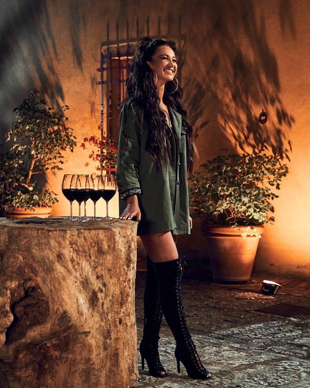 У Ольги Бузовой прекрасная стройная фигура, девушка просто потрясающе смотрелась всарафанах излетящей ткани иплатьях сцветочным принтом. Непонятно, зачем портить природную красоту фиг...