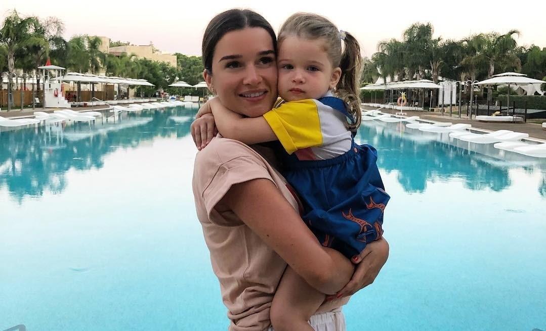 «Какой одаренный ребенок!»: 2-летняя дочь Ксении Бородиной выучила наизусть целую книгу