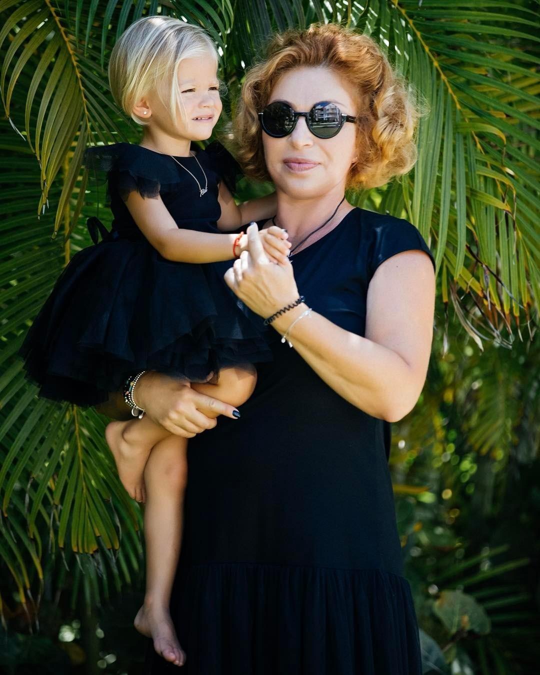 «Неделю лежала на диване и плакала»: мама Тимати рассказала, как пережила развод