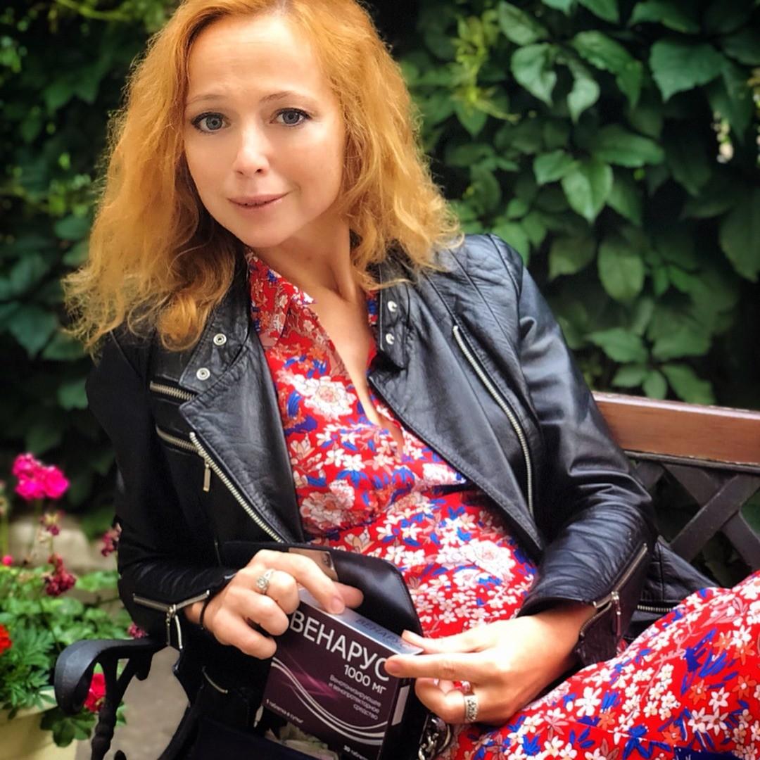 42-летняя Елена Захарова очаровала поклонников снимком с «голым» лицом