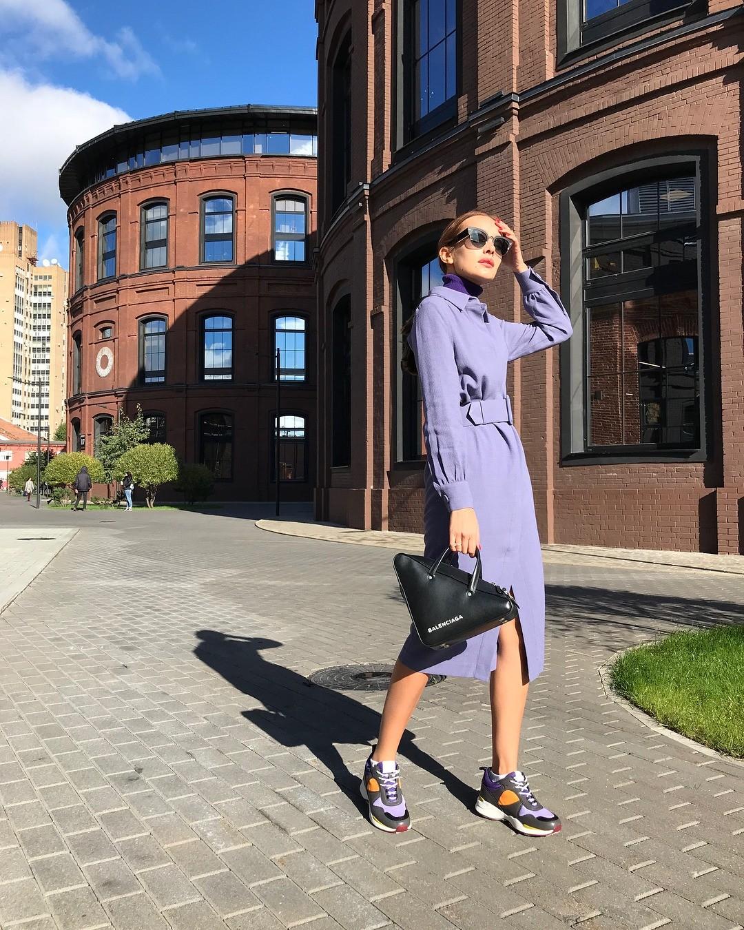 Платье из крепа - прекрасный вариант для осенней поры. Его строгий крой подчеркнет стройность силуэта, широкий ремень - выделит талию, а лавандовый цвет «освежит» осенний образ. Лучшее ре...