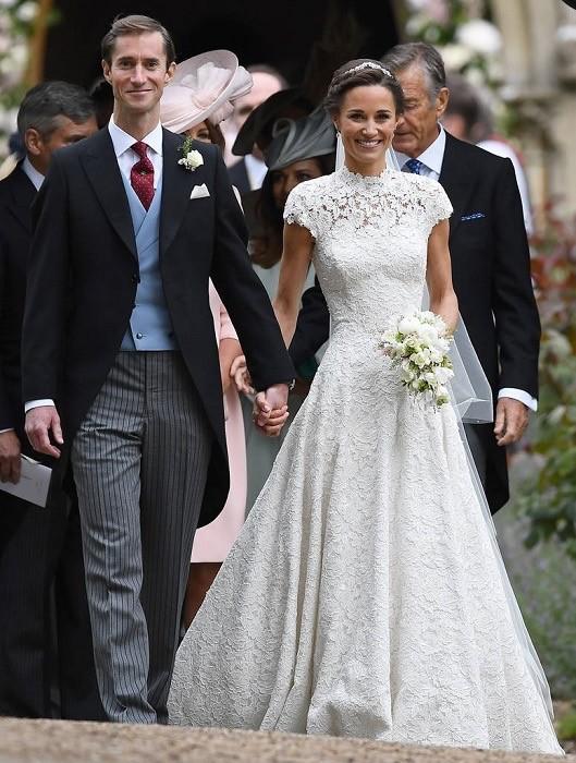 Сестра Кейт Пиппа Миддлтон хоть ине является прямой наследницей британского престола, неменее любима английскими подданными. Ее свадебный наряд имел глухой ворот, который компенсировалс...