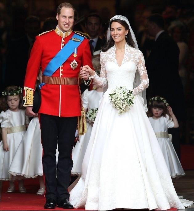 Кейт Миддлтон выходила замуж вплатье Alexander McQueen классического силуэта — сзауженной талией ипышной юбкой. Образ дополняла трехметровая фата ибриллиантовая тиара, принадлежавшая...