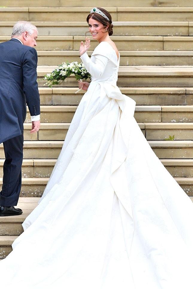 Главной деталью скромного иэлегантного наряда принцессы Евгении стал глубокий вырез наспине, обнаживший ее шрам вдоль позвоночника. Дело втом, что в12-летнем возрасте принцесса перене...