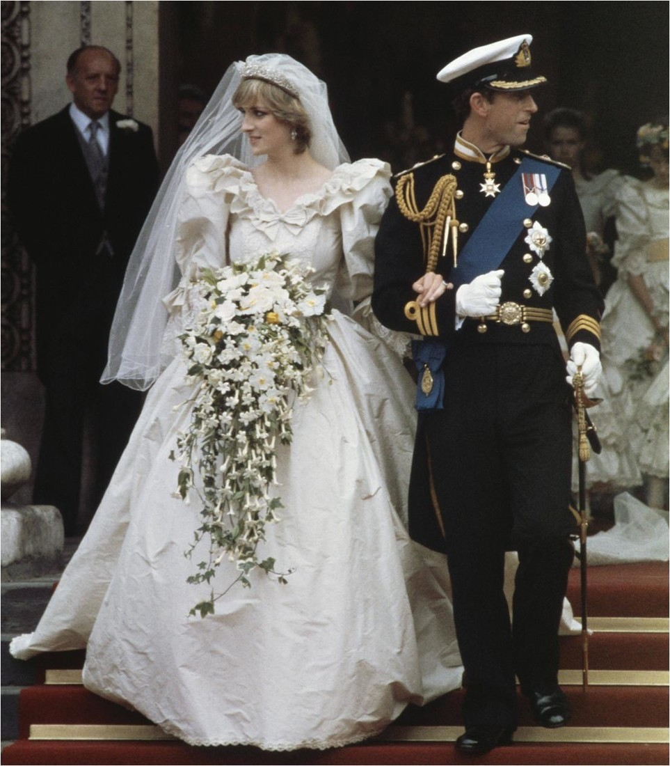 Платье «народной принцессы» досих пор является одним изсамых ярких подвенечных нарядов вмире. Идело вовсе нев том, что пышный наряд сшикарным подолом делал изДианы хрупкую Дюймовоч...