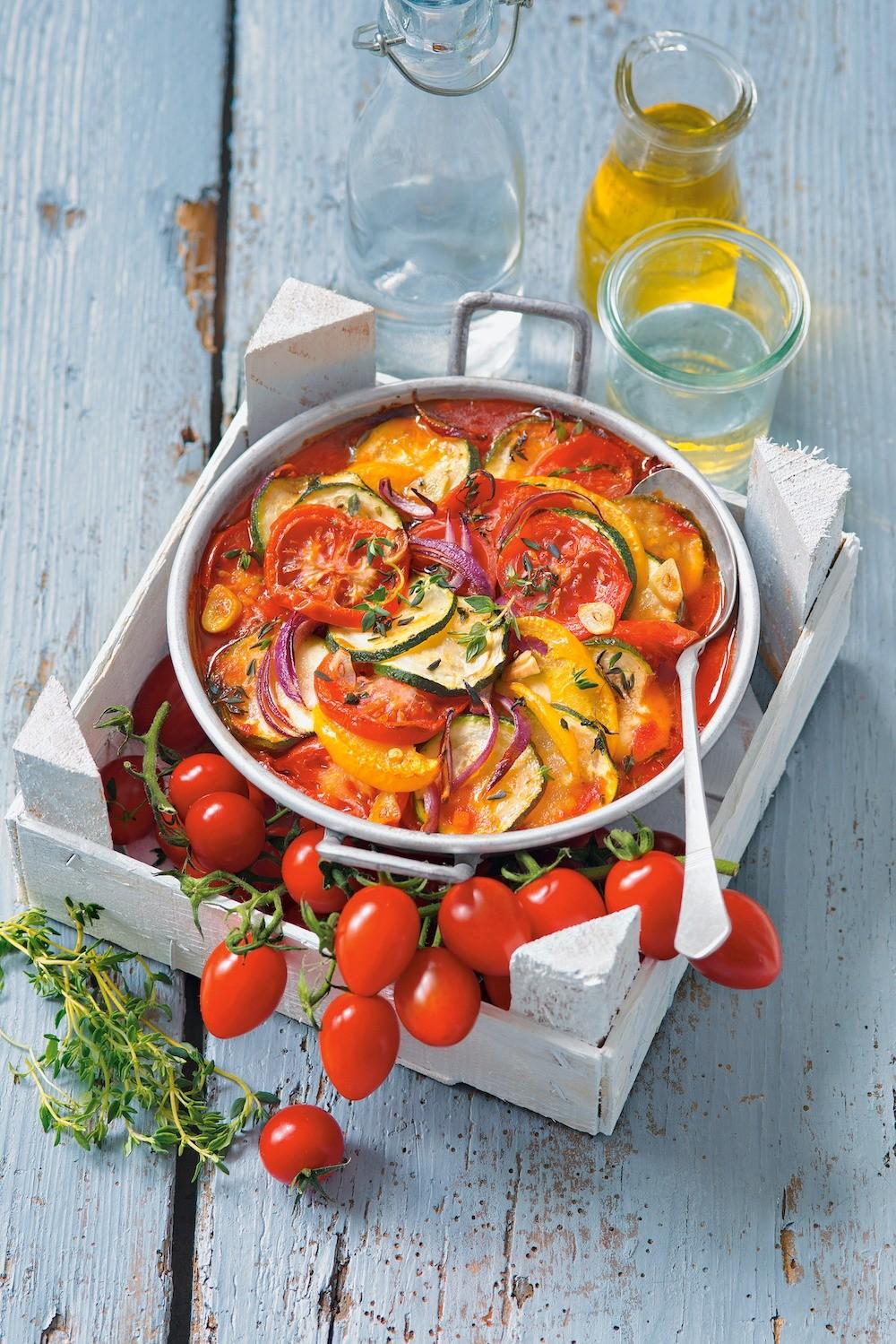 Запеканка с помидорами и красным луком