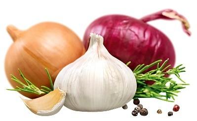 Разрежь несколько крупных луковиц или долек чеснока пополам и разложи получившиеся половинки в укромных уголках холодильника. Как только подсохнут – меняй.