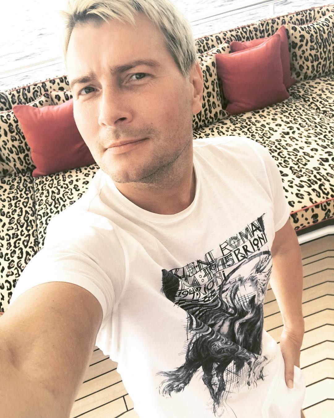 Еще один любимый Николаем Басковым «итальянец» - Brioni. Во время своего летнего путешествия в Италию артист часто публиковал фотографии в футболках и шортах этого бренда. Стоимость образ...