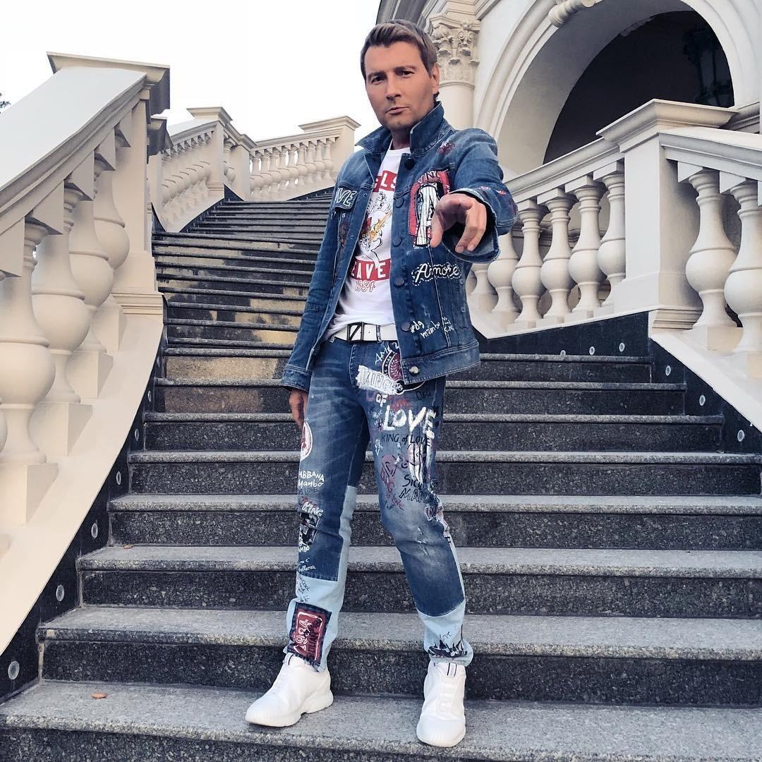 Например, в его Instagram-аккаунте то и дело мелькают фотографии в дорогой брендовой одежде: то из частных самолетов, то с белоснежных яхт, то с шумных вечеринок.  Стоимость образа: джинс...