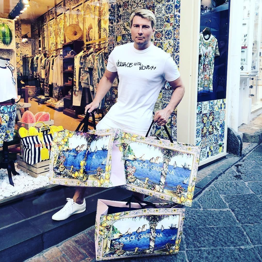 Артист, не стесняясь, признается в своей огромной любви к двум модным итальянским домам - Versace и Dolce & Gabbana - и заявляет, что часто успокаивает нервы с помощью шопинга. Стоимость...