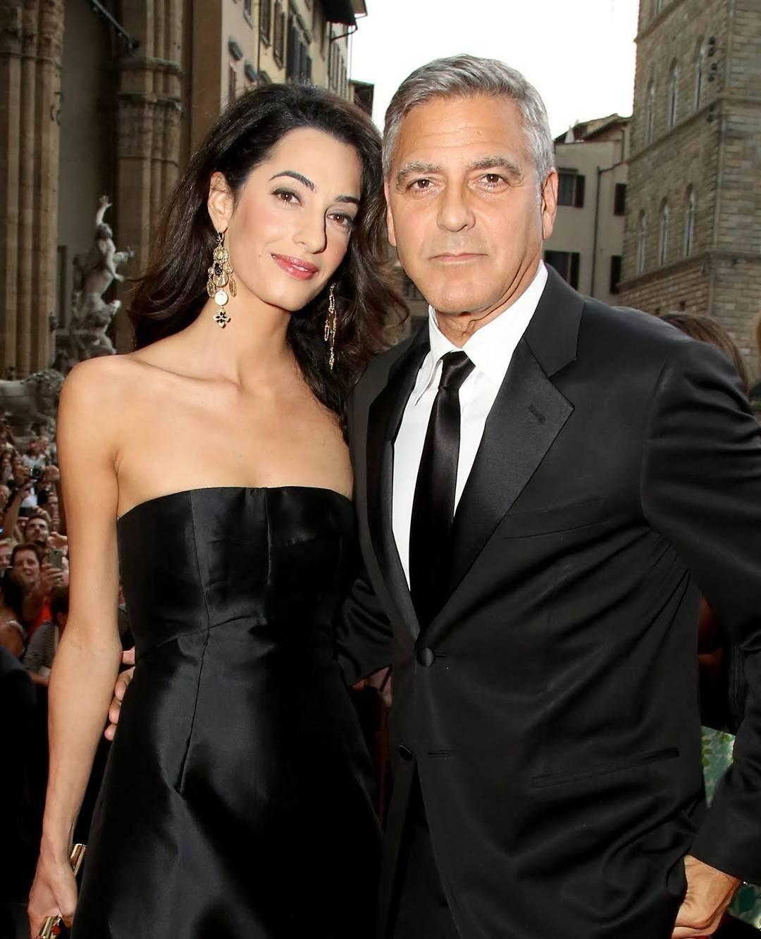 Первое время актер снеобычайным трепетом изаботой нянчил малышей, во всем старался помогать своей супруге. Поночам Клуни сам бегал менять памперсы детям, кормить их иукачивать, только...