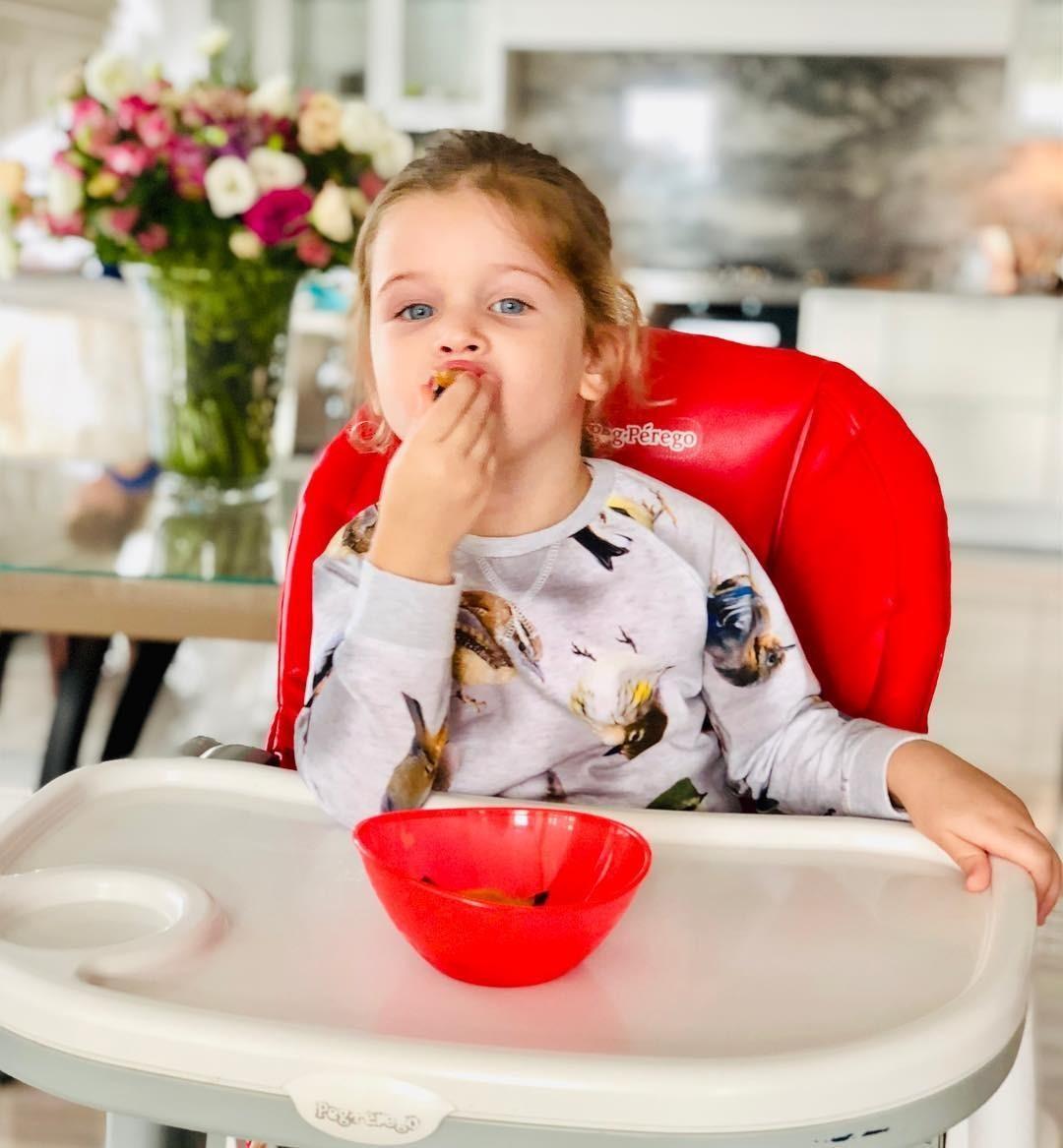 На видео Курбан показал, как маленькая Теона ест бутерброд счерной икрой ипытается разобраться, вчем разница между «носом» и«носиком». Видео собрало больше семисот тысяч просмотров и...